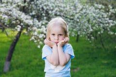 Femme avec une petite fille marchant par Apple de floraison image libre de droits