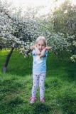Femme avec une petite fille marchant par Apple de floraison photos libres de droits
