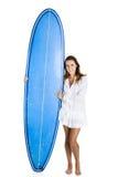 Femme avec une planche de surfing photographie stock libre de droits