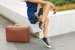Femme avec une rétro valise Images stock