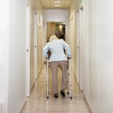 Femme avec Walker In Corridor Images libres de droits
