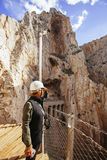 Femme aventureuse avec le casque appréciant une falaise ses vacances Image libre de droits