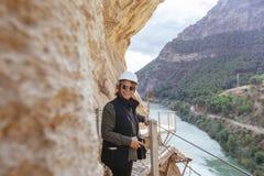 Femme aventureuse avec le casque prenant des photos ses vacances Image libre de droits