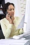 Femme ayant affaire avec un Bill Photo stock
