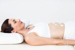 Femme ayant l'électrothérapie Images libres de droits