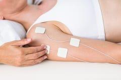 Femme ayant l'électrothérapie Images stock