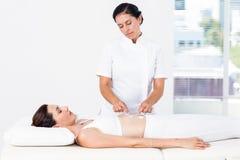 Femme ayant l'électrothérapie Photos libres de droits