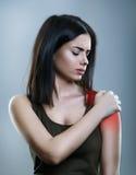 Femme ayant l'épaule et les douleurs de dos image stock