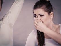 Femme ayant l'aisselle humide sa puanteur sentante d'ami Photographie stock
