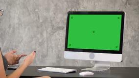 Femme ayant l'appel visuel Affichage vert de maquette d'écran banque de vidéos