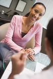 Femme ayant la consultation avec le docteur dans le clini d'IVF Images stock