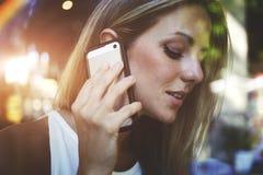 femme ayant la conversation téléphonique de cellules dans le café Photo libre de droits