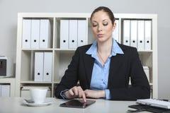 Femme ayant la coupure de coffe dans le bureau Image stock
