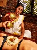 Femme ayant la demande de règlement de station thermale d'Ayurvedic Photo stock