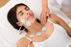 Femme ayant la thérapie d'électrodes Image libre de droits