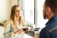 Femme ayant le bon temps avec sa date Image stock