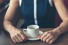 Femme ayant le café par la fenêtre dans un wagon-restaurant image libre de droits