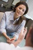 Femme ayant le contact avec le docteur dans la clinique d'IVF Photographie stock libre de droits