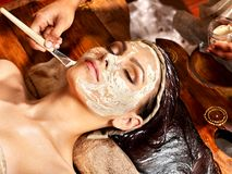 Femme ayant le masque à la station thermale d'ayurveda. photographie stock