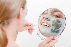 Femme ayant le masque vert de boue sur son visage Photo stock