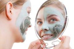 Femme ayant le masque vert de boue sur son visage Photo libre de droits