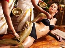 Femme ayant le massage de station thermale de fuselage d'Ayurvedic. Images libres de droits