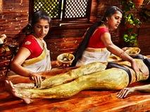 Femme ayant le massage de station thermale de pieds d'Ayurvedic. Images libres de droits