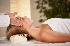 Femme ayant le massage principal Image libre de droits