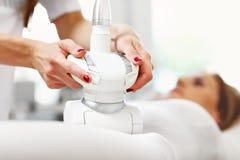 Femme ayant le traitement abdominal dans le salon de beauté Photographie stock