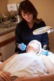Femme ayant le traitement cosmétique d'abrasion de Dermo à la station thermale Image stock