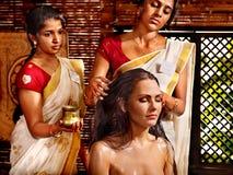 Femme ayant le traitement de station thermale d'ayurveda. image stock