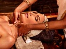 Femme ayant le traitement de station thermale d'ayurveda Photographie stock libre de droits