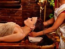 Femme ayant le traitement de station thermale d'ayurveda photo libre de droits