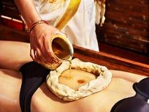 Femme ayant le traitement de station thermale d'Ayurvedic. Images libres de droits