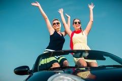 Femme ayant le voyage d'été dans la voiture convertible Image stock