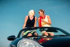 Femme ayant le voyage d'été dans la voiture convertible Images libres de droits