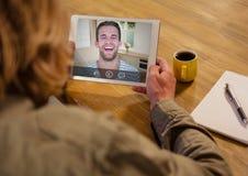 Femme ayant un appel visuel avec son ami sur le comprimé numérique illustration stock