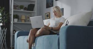 Femme ayant un appel visuel banque de vidéos