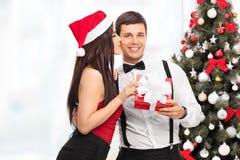 Femme ayant un cadeau de Noël de l'ami Images libres de droits