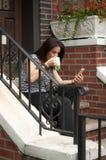 Femme ayant un coffe Photographie stock libre de droits
