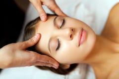 Femme ayant un massage photos libres de droits