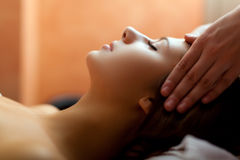 Femme ayant un massage photographie stock libre de droits