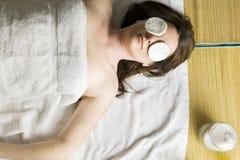 Femme ayant un massage facial Images stock
