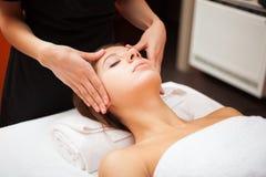 Femme ayant un massage facial photo libre de droits