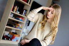 Femme ayant une douleur de mal de tête et se sentant souffrante Image stock
