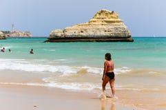 Femme ayant une promenade le long du bord de la mer dans Portimao, Algarve, Portugal image stock