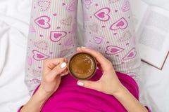 Femme ayant une tasse de café dans le lit Images libres de droits