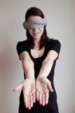 Femme bandée les yeux tirant des mains en avant Photo libre de droits