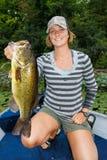 Femme Bass Fishing de large ouverture image stock