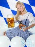 Femme bavaroise avec de la bière d'Oktoberfest photos stock